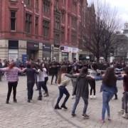 Έλληνες φοιτητές χορεύουν τον Ζορμπά και το Ζειμπεκικό της Ευδοκίας.