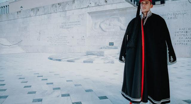 Ο Εύζωνας της πλατείας Συντάγματος ποτέ δεν κρυώνει